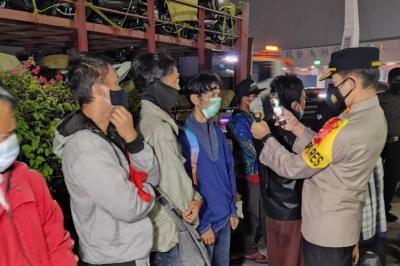 Polisi Tilang Truk yang Membawa Pemudik Nakal di Tol Cikupa