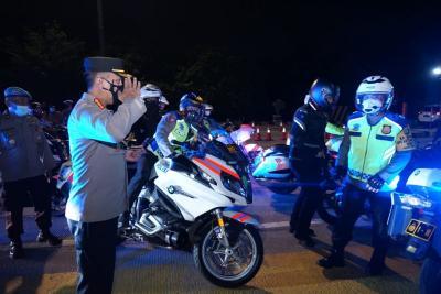 Tinjau Penyekatan di Cikarang, Kapolda Metro Jaya & Kakorlantas Naik Motor