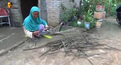 Perjuangan Nenek Sri Murtini Hidupi 8 Cucu dengan Meraut Sapu Lidi