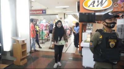 Langgar Jam Operasional, Satpol PP Bubarkan Pengunjung Mal