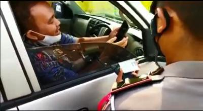 Diputarbalikkan, Pemudik Ini Malah Minta Selfie dengan Polisi