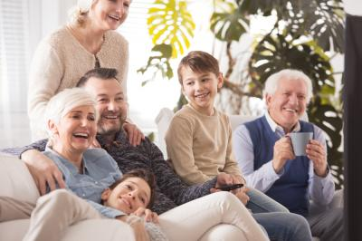 Sudah 2 Kali Vaksin, Lebaran Kakek-Nenek Aman Peluk Cucu Tanpa Masker Loh