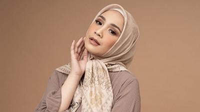 4 Gaya Hijab Nagita Slavina dengan Scarf, Simpel Tetap Cantik!