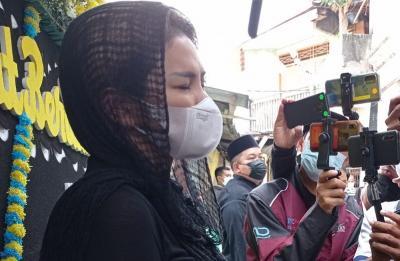 Nikita Mirzani Tak Bisa Tahan Tangis Bertemu Istri Mendiang Sapri yang Hamil