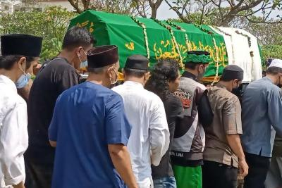 Suasana Khidmat Iringi Pemakaman Sapri Pantun di TPU Ulujami