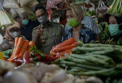 Tinjau Pasar Mayestik, Anies Harap Warga Jakarta Tidak Keluar Kota
