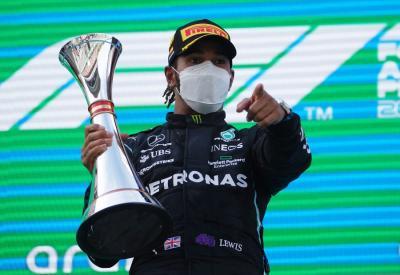 Hamilton Sesumbar Akan Pecahkan Rekor Schumacher pada Musim Ini