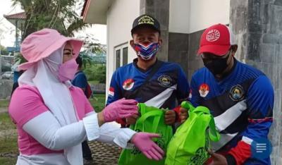 Kendarai Pikap Tua, Wanita Cantik Ini Bagi-bagi Duit dan Sembako di Kampung Jokowi
