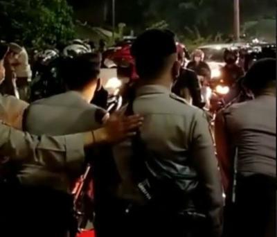 Kembali Membeludak, Polisi Berjibaku Putar Balik Pemudik di Kedungwaringin