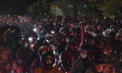 Buruh Pulang Jalan Kaki Imbas Macet Penyekatan di Bekasi-Karawang