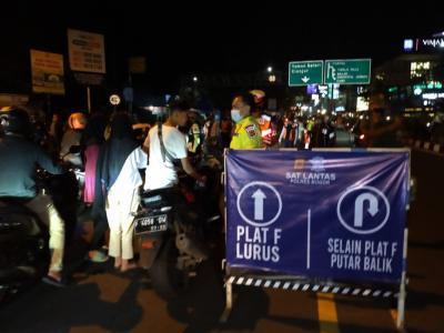Malam Takbiran, Petugas Putar Balik Ratusan Kendaraan Nekat ke Puncak Bogor