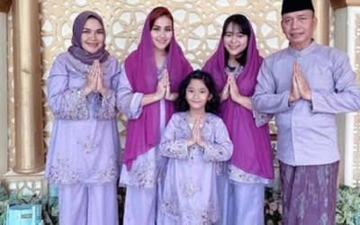 Kompaknya Keluarga Ayu Ting Ting Rayakan Lebaran dengan Busana Ungu