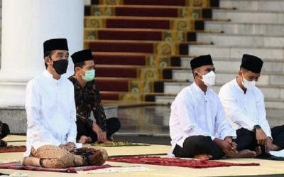 Gunakan Baju Koko dan Sarung Batik, Jokowi Salat Idul Fitri di Istana