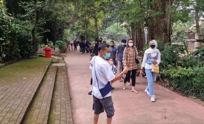 Kebun Binatang Bandung Dikunjungi Ribuan Wisatawan, Satgas Keliling Cegah Kerumunan