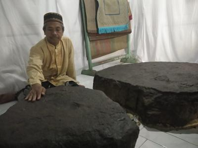 Bekas Dahi dan Tapak Kaki di Batu Pasujudan Sunan Bonang yang Misterius