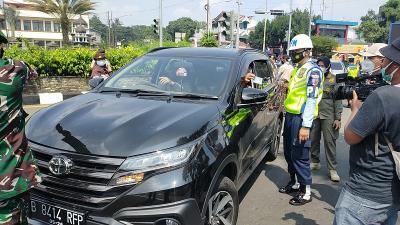 Tak Terima Diputar Balik, Pengendara Adu Mulut dengan Petugas di Simpang Gadog