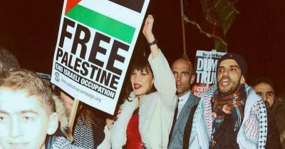 Viral, Bella Hadid Ikut Demo dan Kibarkan Bendera Palestina di New York