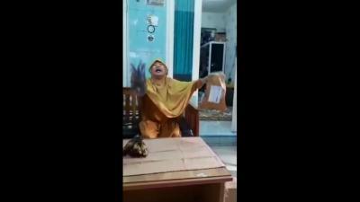 Video Emak-Emak Memaki Kurir saat COD Jadi Viral
