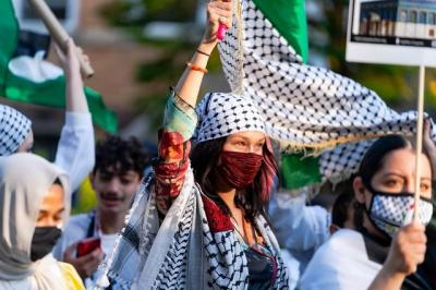 Potret Bella Hadid Turun ke Jalan Dukung Palestina, Kenakan Keffiyeh dan Kibarkan Bendera