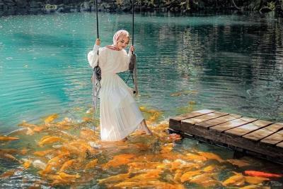 Jernihnya Telaga Biru Cicerem, Banyak Ikan Dikeliling Pepohonan
