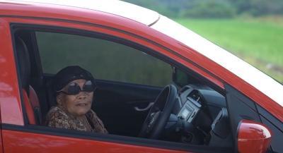 Youtuber Mbah Minto Jago Bawa Mobil, Netizen Kepo Cara Setirnya