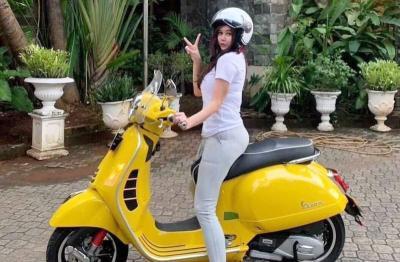 Aura Kasih Naik Motor Kuning, Netizen: Pengin Dibonceng tapi Takut Berdiri