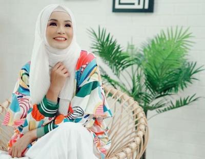 5 Inspirasi OOTD Hijab Soraya Larasati, Cantik dan Feminin