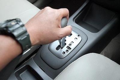 Tips Parkir Paralel Mobil Matic dan Cara Penggunaan Tombol <i>Shift Lock</i>