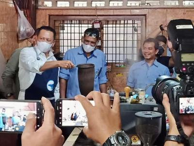 Kepincut Kopi Aceh, Bamsoet Jadi Barista Dadakan di Warkop Legendaris Ulee Kareng