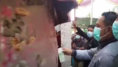 Aksi Bupati Bekasi Bagi-bagi Uang Saat Kunjungan Kerja Timbulkan Kerumunan dan Langgar Prokes Viral