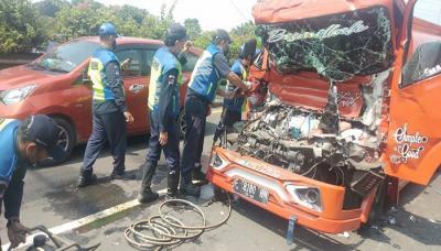 Kecelakaan di Exit Tol Rawamangun, Truk Tangki Bensin Hantam Truk