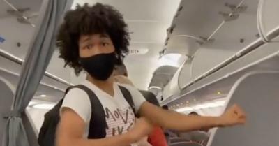 Menghalangi Lorong, Penumpang Ini Dihujat Berjoget Tiktok Dalam Pesawat