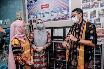 Bangkitkan Pengrajin Tenun Asal Bima, Sandiaga Uno Bidik Pasar Ekspor