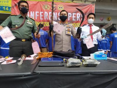 Tangkap 12 Pelaku Tawuran, Polisi Sita Kayu Dililit Kawat Besi