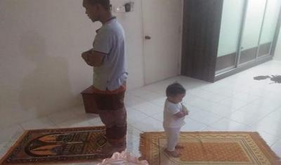Menggelitik Saat Ayah dan Anak Tidak Kompak dalam Arah Sholat