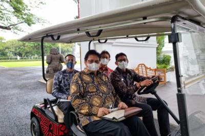 Usai Rapat dengan Jokowi, Sandiaga Uno Jadi Sopir Tembak Antarkan Tiga Menteri