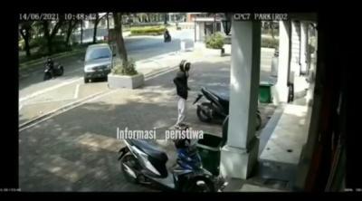 Viral! Pria Tertangkap Basah saat Curi Motor di Kalideres