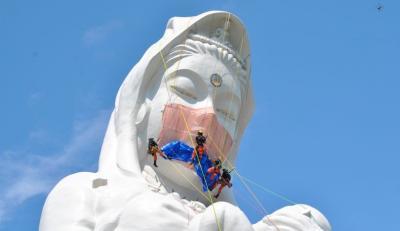 Patung Buddha Terbesar Dipakai Masker, Berharap Pandemi COVID-19 Segera Berakhir