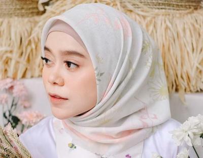 4 OOTD Hijab Cantik Lesti Kejora, Simpel dan Modis Banget