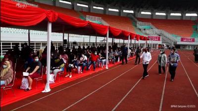 Didampingi Ridwan Kamil, Jokowi Tinjau Vaksinasi Massal di Stadion Pakansari