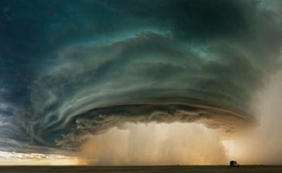 Ahli Meteorologi Ini Sengaja Lamar Kekasih di Depan Angin Tornado