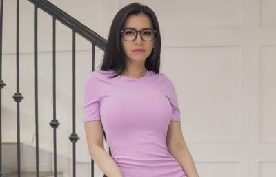 Maria Vania Menggoda Pamer Bra Pink, Gemas Deh!