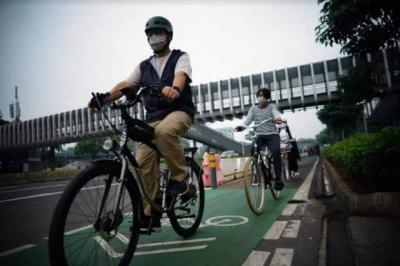 Anies Gowes Bareng Keluarga, Netizen: Mantap Pak, Tolak yang Mau Membongkar Jalur Sepeda!