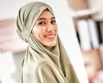5 Gaya OOTD Hijab Simpel dan Manis ala Alyssa Soebandono