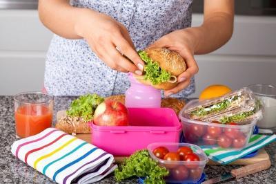 Praktis, Begini Cara Membersihkan Noda Pada Wadah Makanan