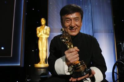 Tinggalkan Perusahaan Istri, Jackie Chan Diisukan Segera Bercerai