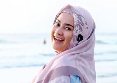 5 Inspirasi Gaya Hijab ala Pedangdut Ikke Nurjanah, Stylish dan Menawan