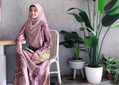 5 Inspirasi Gaya Hijab Cantik Dhini Aminarti, Syari nan Anggun