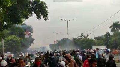 Breaking News: Pendukung Habib Rizieq Ricuh, Lempari Polisi dengan Batu