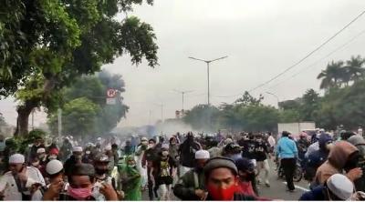 Memanas! Polisi Tembakan Gas Air Mata Bubarkan Massa Habib Rizieq